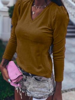 Γυναικεία μπλούζα βελουτέ με βαθύ ντεκολτέ 33205 καμηλό